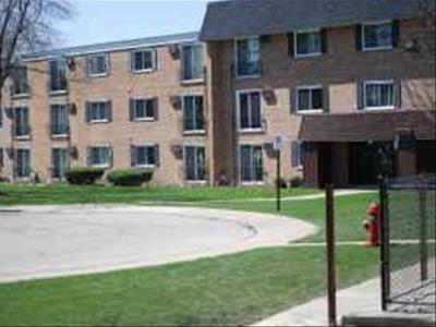 560 Lawrence Unit 109, Roselle, IL 60172